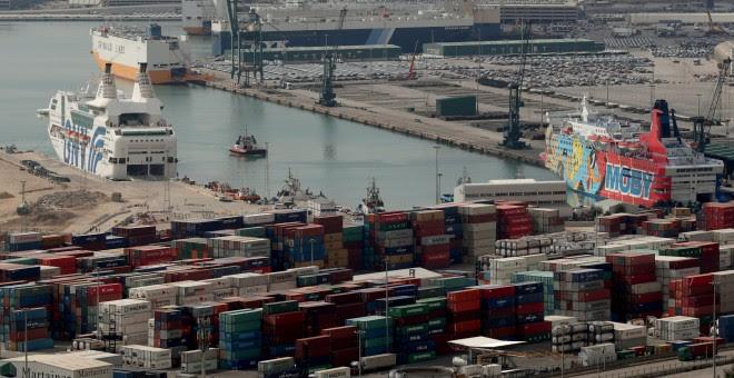 Vista de los barcos 'Rhapsody' (i) y 'Moby Dada' (d) en el Puerto de Barcelona, donde se alojan miembros de la Policía y de la Guardia Civil.. REUTERS/Albert Gea