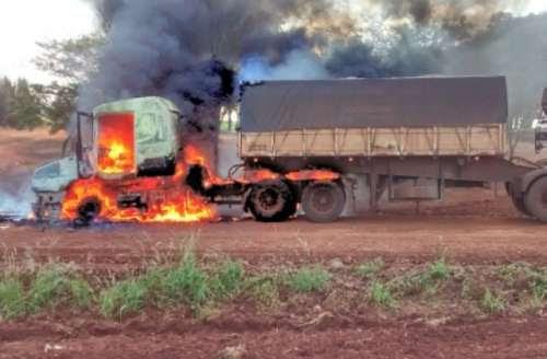 Caminhão é destruído pelo fogo e motorista escapa ileso