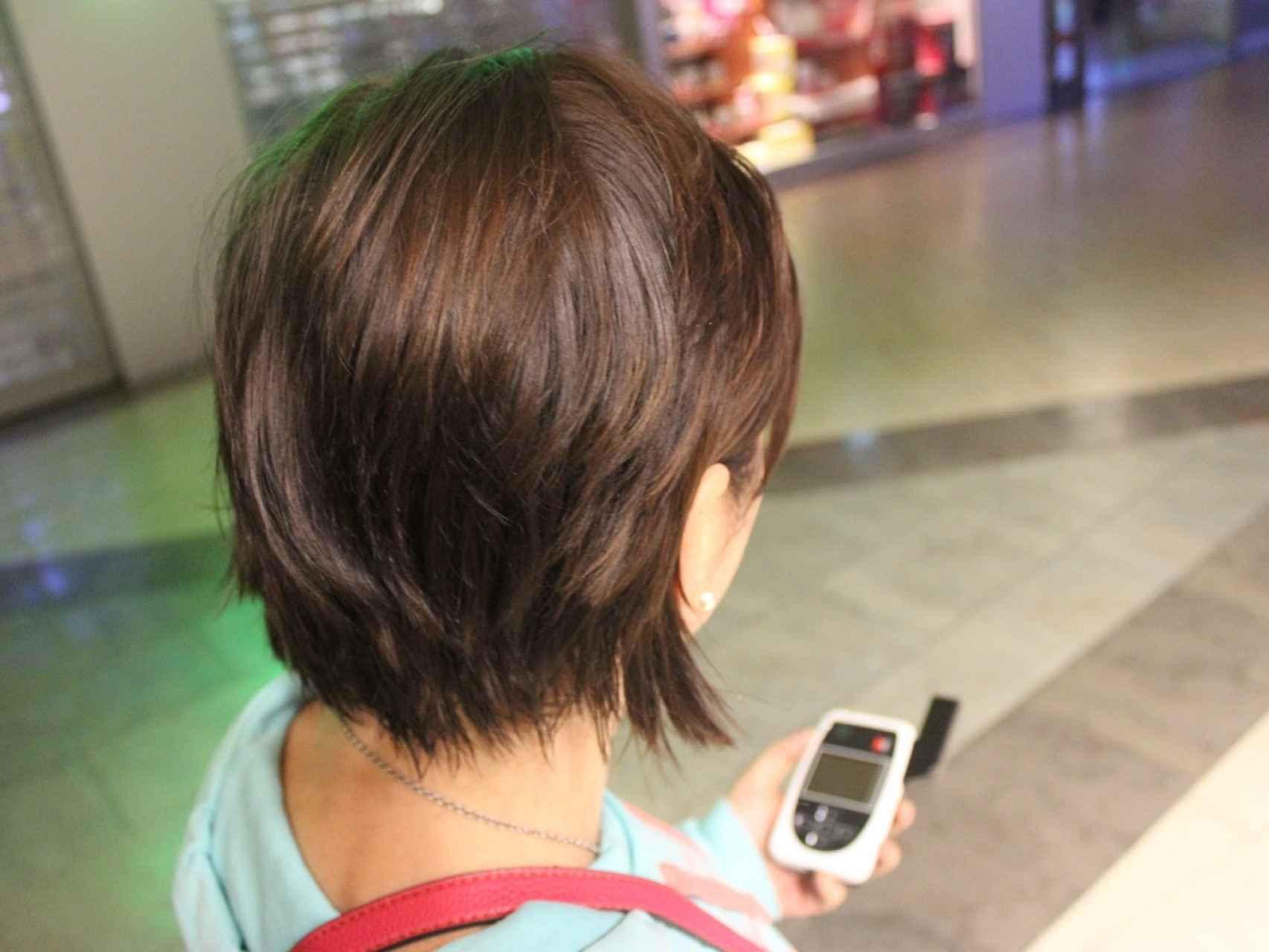 Vanesa muestra el dispositivo gps que le avisa si su agresor está cerca.