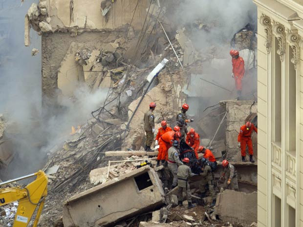 Bombeiros buscam desaparecidos em desabamento de três prédios no Rio (Foto: AP)