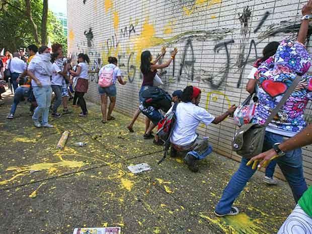 Estudantes picham fachada do Ministério da Educação durante manifestação de professores, estudantes e servidores federais na Esplanada dos Ministérios nesta quarta (18) (Foto:  André Borges/Folhapress)