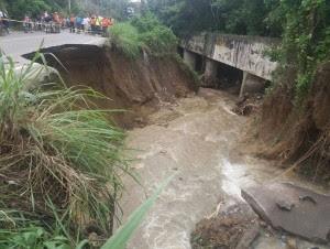 Cierran tránsito en La Herradura por derrumbe en carretera
