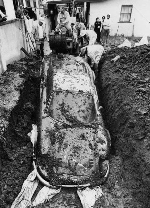 burried-ferrari-3