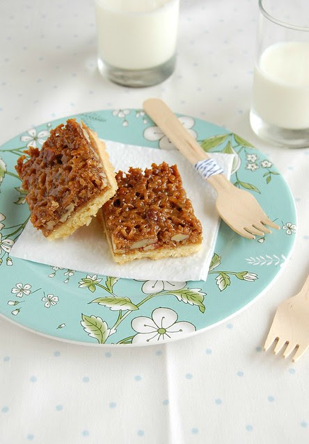 Coconut and pecan bars / Barrinhas de pecã e coco