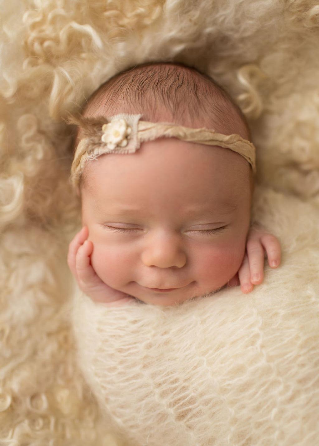 Fotógrafa britânica cria retratos insuportavelmente ternos de bebês dormindo 03