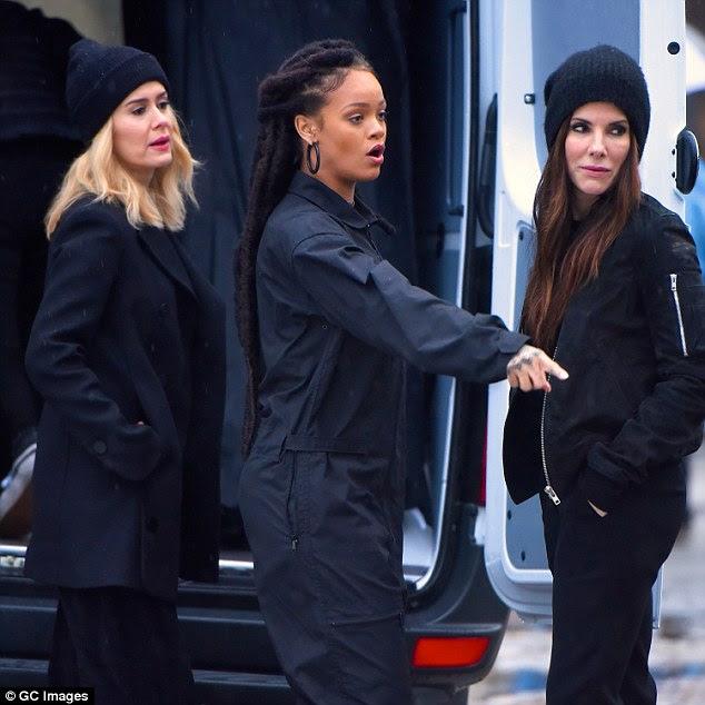 """No set: A beleza de Bajan foi filmada no filme """"The Ocean's Eleven"""", de George Clooney, ao lado de Sarah Paulson e Sandra em Nova York na semana passada"""