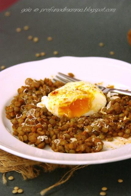 Uova in camicia su lenticchie