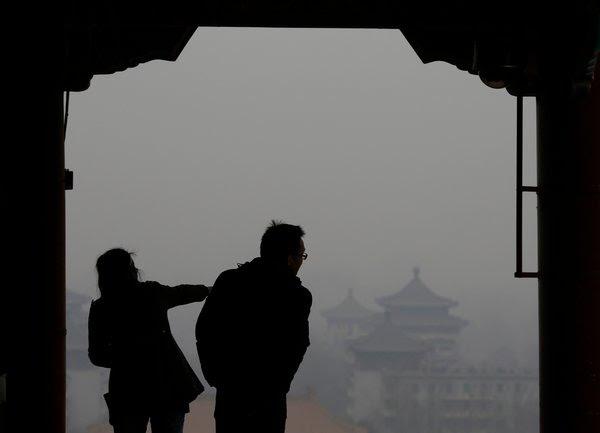 北京雾霾天,景山公园的游客。