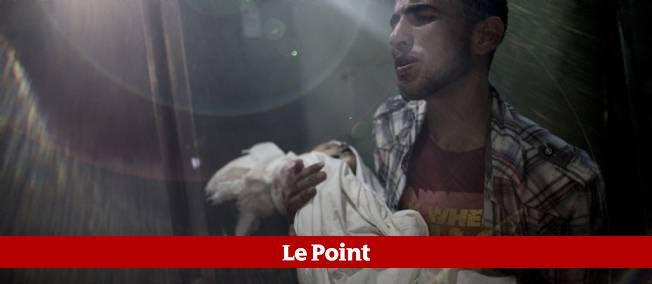 Un enfant Palestinien tué est porté à la morgue, le 23 juillet 2014.