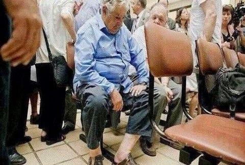 Μια πολύ πρόσφατη φωτογραφία που έχει κάνει το γύρο του διαδικτύου, τον δείχνει να περιμένει στωικά στον προθάλαμο ενός δημόσιου νοσοκομείου, να έρθει η σειρά του για να εξεταστεί από τους γιατρούς.