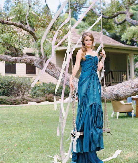 indigo gekräuselte trägerlosen Brautjungfer Kleid für eine Hochzeit am Meer