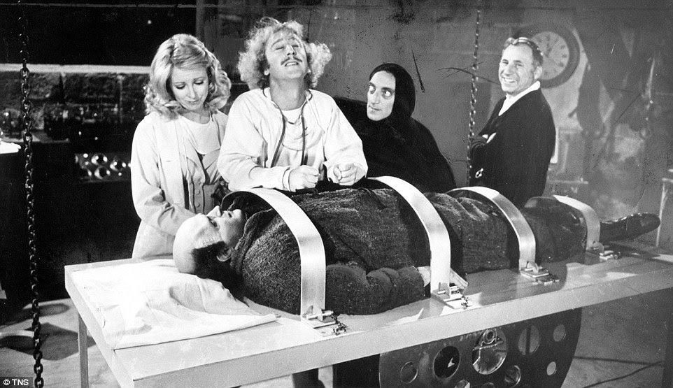 Wilder (segundo à esquerda) foi nomeado para um Oscar de Melhor Roteiro Adaptado para 1974 de Young Frankenstein depois de ajudar Mel Brooks escrevê-lo