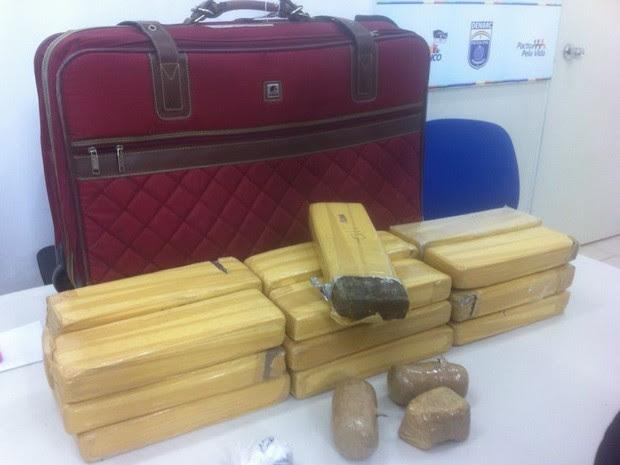 Maconha estava guardada em mala na casa de uma das traficantes (Foto: Cacyone Gomes/TV Globo)
