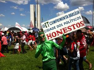 Homem vestido de ET acompanha posse de Dilma em frente ao Congresso Nacional (Foto: Alexandro Martello / G1)