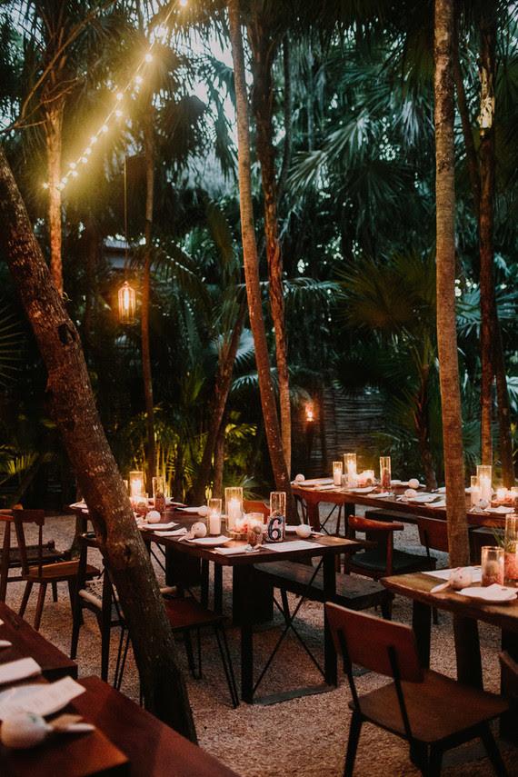Das Abendessen wurde serviert unter Palmen, mit vielen Kerzen