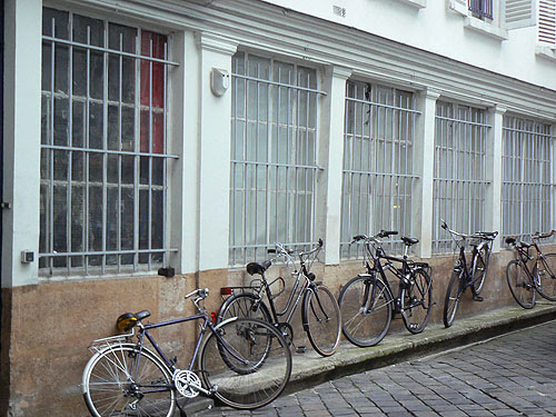 une cour et des vélos.jpg