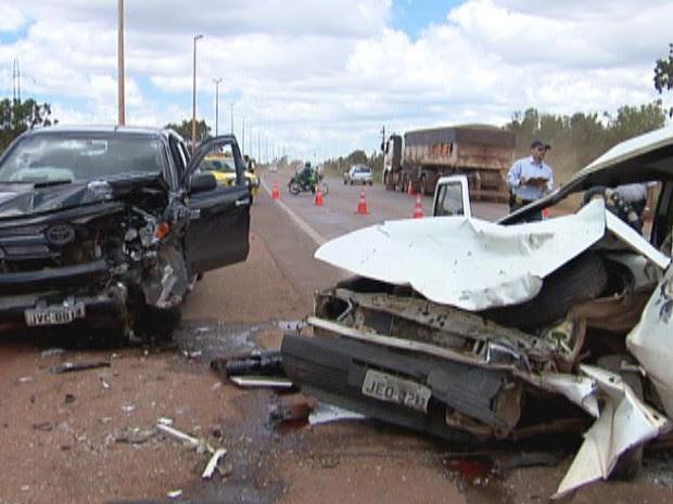 Caminhonete bateu de frente com um carro de passeio, na DF-001, saída para Brazlândia. (Foto: Reprodução/Tv Globo)