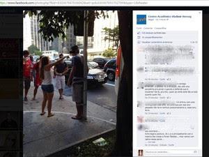 Em trote da Cásper Libero, calouro foi amarrado a poste  (Foto: Reprodução Facebook)