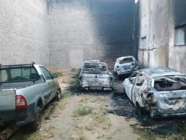 Em Canguaretama, cinco carros foram incendiados no pátio da prefeitura  (Foto: Prefeitura de Canguaretama/Divulgação)