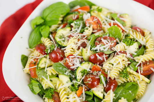 Gluten Free Rotini and Spinach Salad with Tomato, Zucchini and Red Pepper