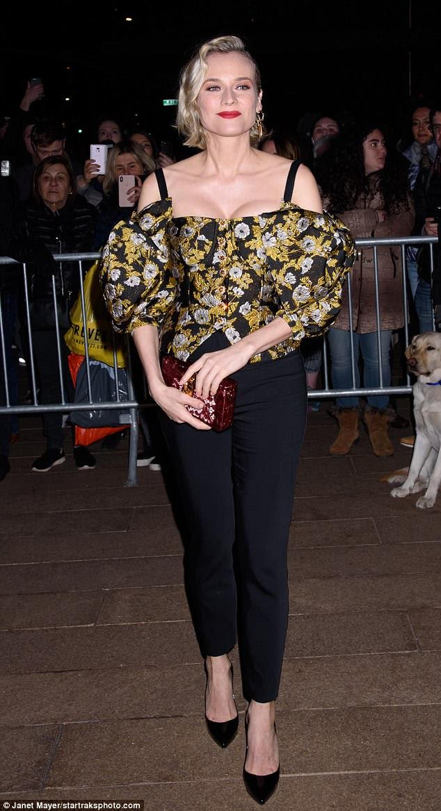 Aqui em cima: Diane Kruger mostrou um decote em um top preto e amarelo revelador