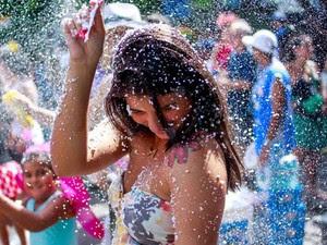 Desfile do Suvaco do Cristo também teve banho de espuma (Foto: Pedro Kirilos / Agência O Globo)
