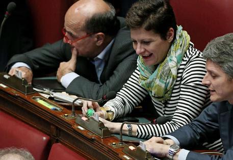 Silvia Fregolent inserisce una pallina giocattolo per gatti nella fessura con i pulsanti durante le  votazioni in aula della Camera © ANSA
