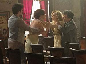 A atriz parta para cima da rival (Foto: Lado a Lado/TV Globo)