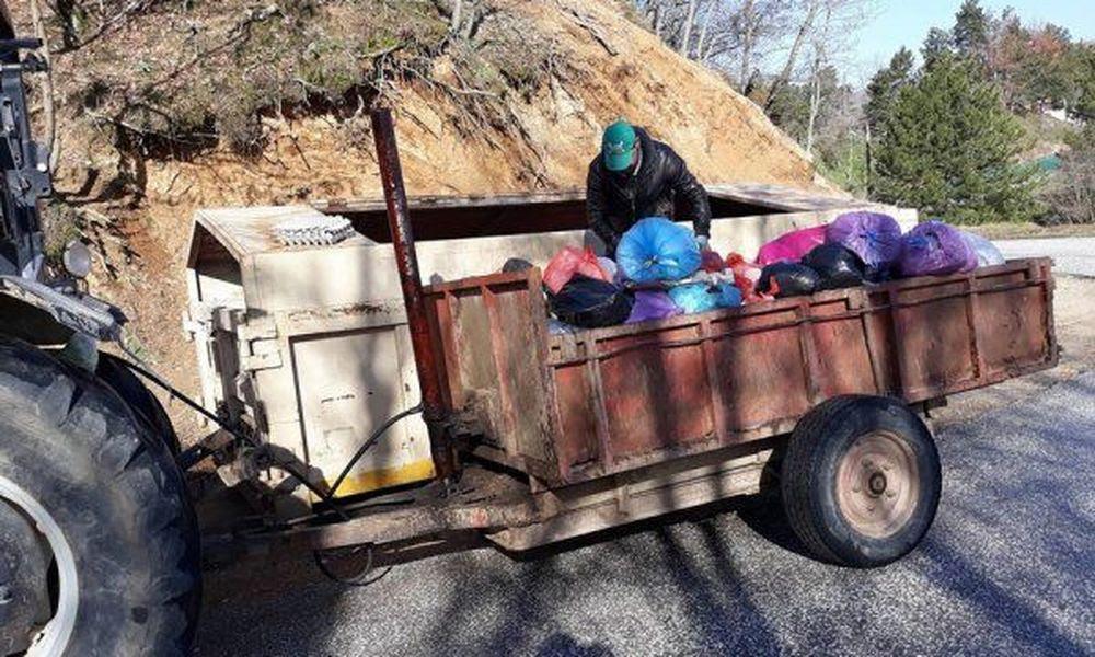 Αποτέλεσμα εικόνας για μαζευει σκουπιδια ξανθη