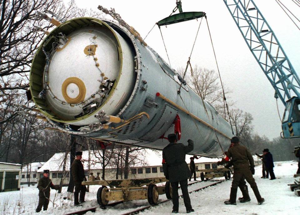 18loosenukes - Nesta foto de arquivo da quarta-feira, 24 de dezembro, 1997, os soldados se preparam para destruir um balísticos SS-19 míssil no quintal da maior antiga base militar soviética foguete em Vakulenchuk, Ucrânia, 220 km (137 milhas) a oeste de Kiev. Os EUA ajudaram a Ucrânia e outros países ex-soviéticos garantir ex armas nucleares soviéticas e desmantelar alguns deles no âmbito do Programa de Redução Cooperativa de Ameaças iniciada por Sens. Sam Nunn e Richard Lugar. (Associated Press)