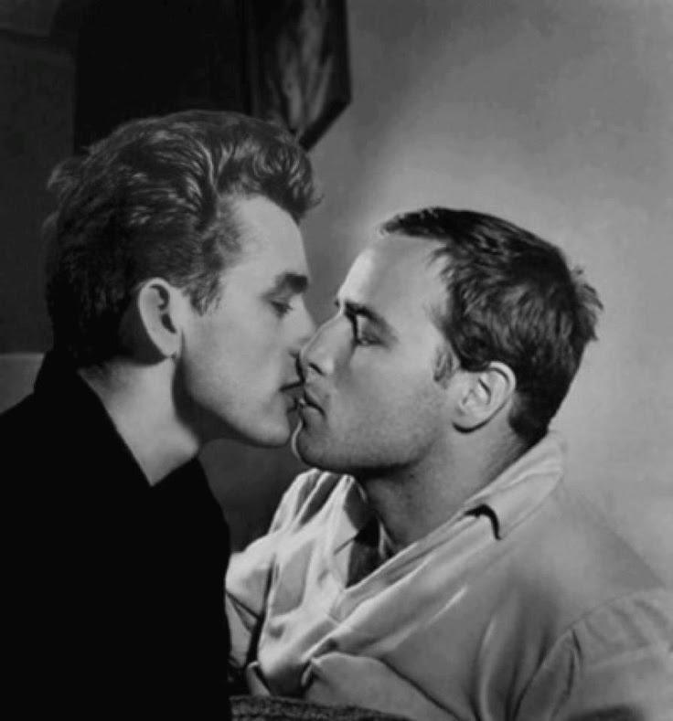 Tomado de FB: Omar Gómez Gutiérrez: De esos besos memorables — con James Dean y Marlon Brando.