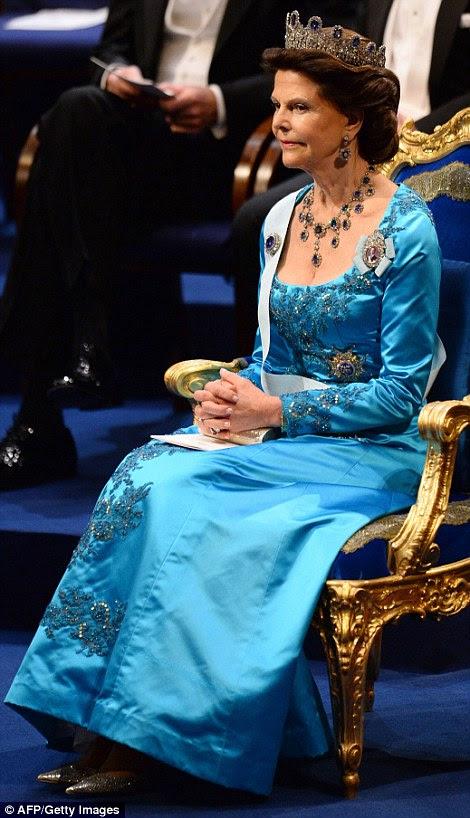 Królowa Sylwia Szwecji patrzy, jak jej mąż wręcza nagrody na ceremonii Nagrody Nobla w Sztokholmie