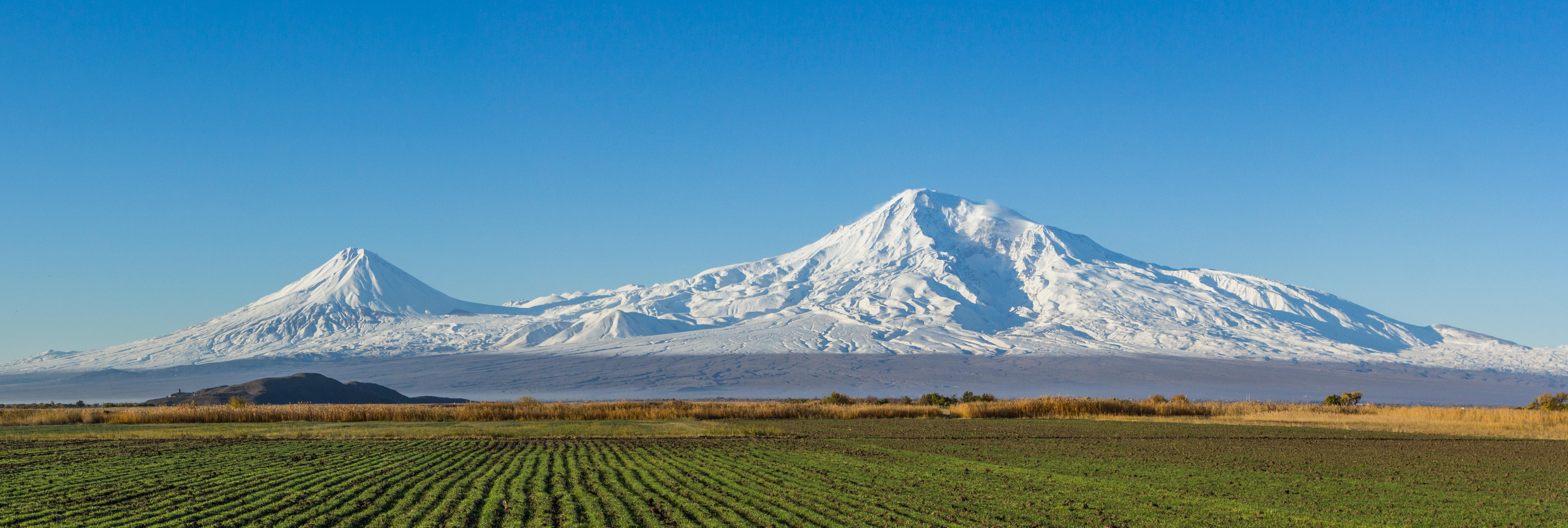 Mount_Ararat_and_the_Araratian_plain_(cropped)