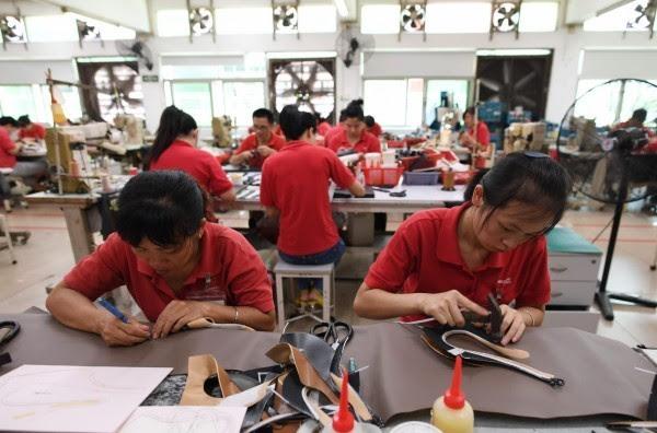 台北市進出口公會(IEAT)發表報告指出,印度由於製造成本低、人口紅利等因素,逐漸取代中國成為「世界工廠」。(法新社)