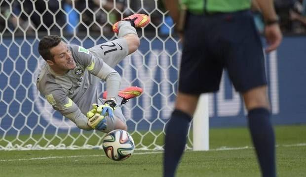 Julio César decide e coloca o Brasil nas quartas-de-final da Copa