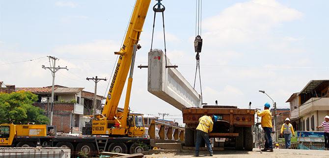Instaladas vigas para construcción del puente de la carrera Primera