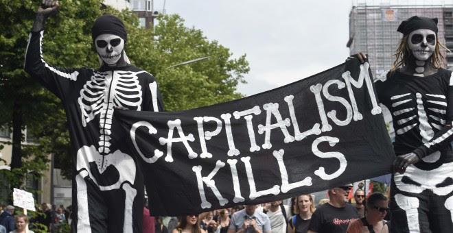Manifestantes portan una pancarta durante la manifestación de este sábado. - REUTERS