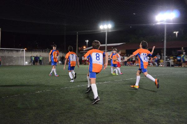 Jogadores do CEI da Romualdo Galvão comemoram a vitória e a classificação para a final da categoria Mirim da competição