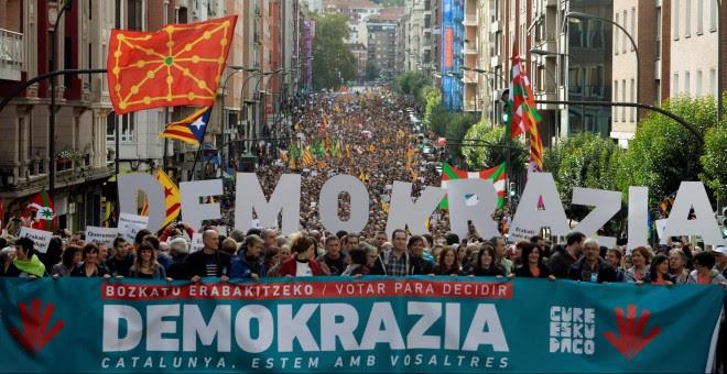 """Miles de personas salen a las calles de Bilbao para denunciar la """"demofobia"""" del PP. REUTERS/Vincent West"""