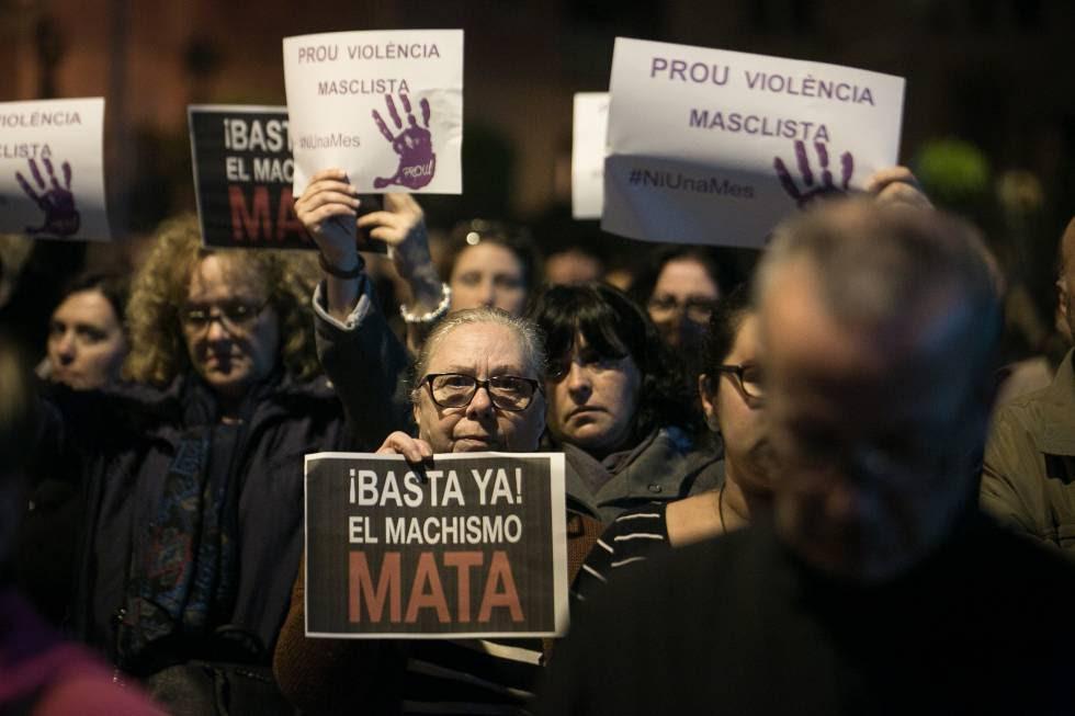 Una mujer sostiene un cartel durante una concentración contra la violencia de género en una localidad de Barcelona.