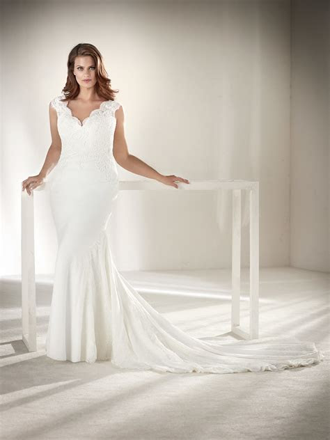 Drusila: Plus size wedding dress with lace on the back