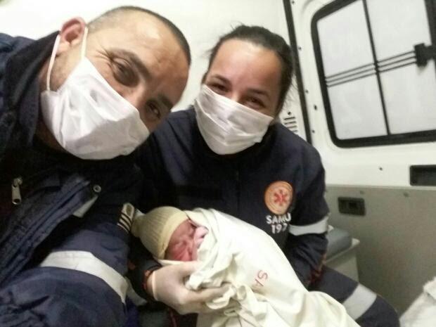 Recém-nascido com a técnica de enfermagem e o médico logo após o nascimento (Foto: José Eurides Leite/Arquivo Pessoal)