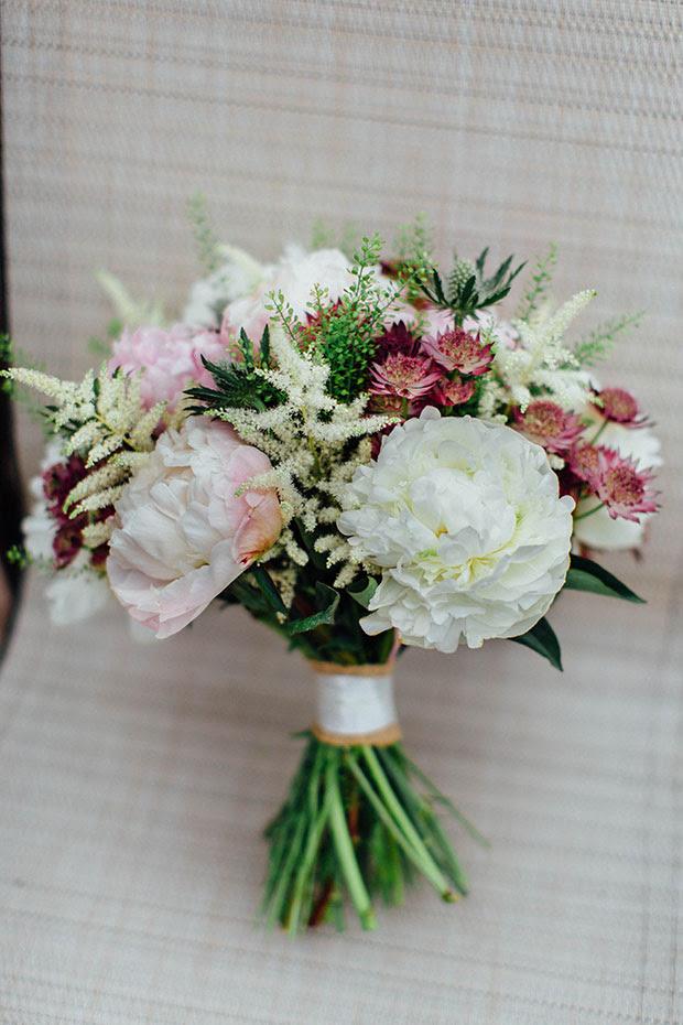 Der Brautstrauß war einfach und rustikal, mit erröten, neutral und Burgund berührt