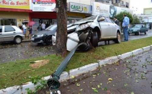 No Paraná, empresário 'cochila' ao volante e quebra poste