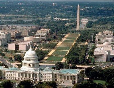 O monumento de Washington, um obelisco egípcio que representa o princípio masculino, está diretamente ligado com a cúpula do Capitólio, o que representa o princípio feminino.  Juntos, eles produzem uma energia invisível Hórus representado por Sirius.  (Para mais informações, leia o artigo Sites Mystical - O Capitólio dos EUA em relação ao cidadão vigilante).