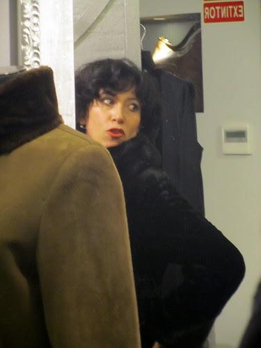 Mi esposa se prueba un abrigo by JoseAngelGarciaLanda