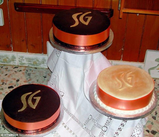 Θεία Georgina είχε ψηθεί τριών βαθμίδων σοκολάτα πορτοκάλι γαμήλια τούρτα εμποτισμένη με Lady Grey τσάι, με τα αρχικά του ζευγαριού συνυφασμένη στην κορυφή για διακόσμηση