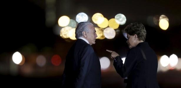 19ago2015---a-presidente-dilma-rousseff-conversa-com-o-vice-presidente-michel-temer-enquanto-esperam-a-chegada-da-chanceler-alema-angela-merkel-1440033393271_615x300