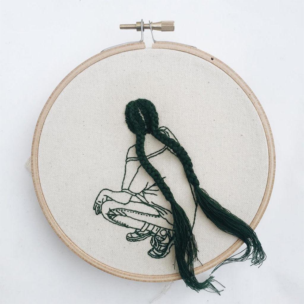 Artista borda retratos de mulheres com cabelos que saltam da tela 04