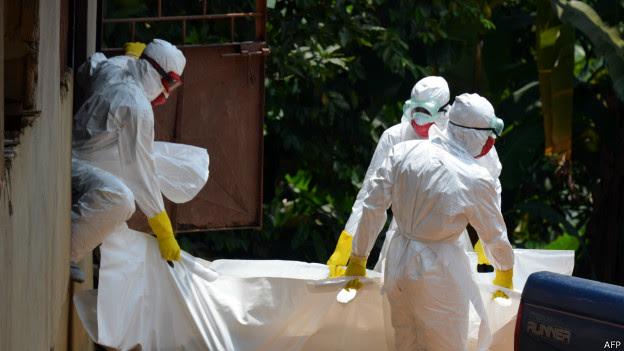 Médicos cuidam de pacientes com ebola na Libéria / Crédito: AFP